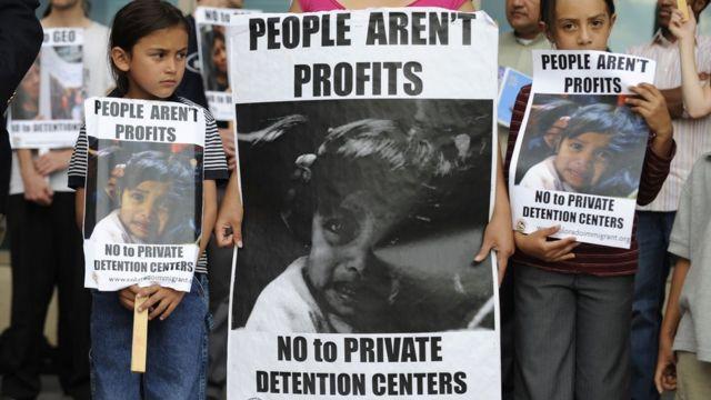 La gestión privada de centros de detención de inmigrantes en Estados Unidos no es nueva. Tampoco las protestas en su contra, como esta de 2008.
