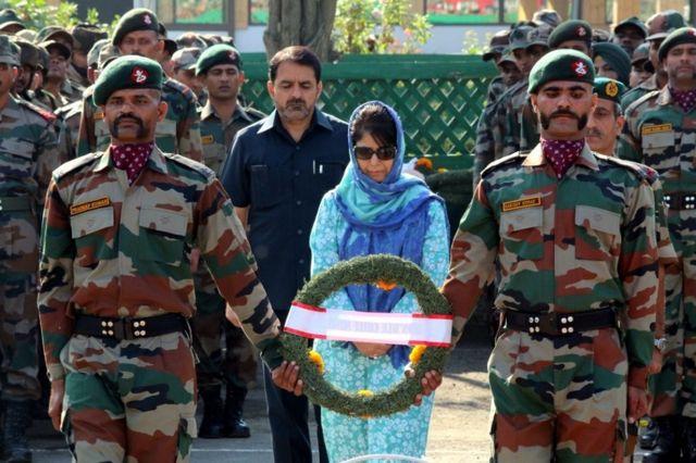 सैनिकों के ताबूत पर फूल चढ़ातीं मुख्यमंत्री महबूबा मुफ़्ती.