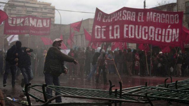 Protestas con pancartas anti mercado de la educación