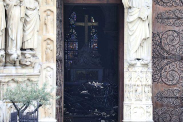 Обломки от обрушившихся конструкций в соборе