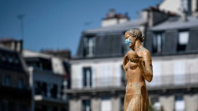 Статуя в Париже