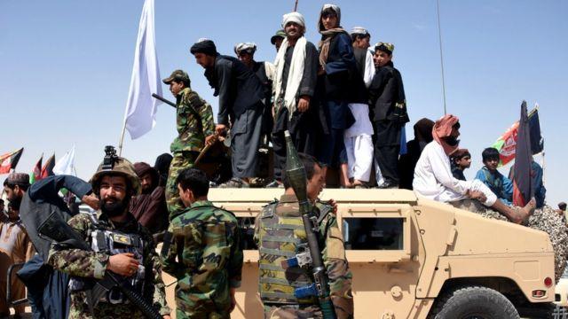 Mayakan Taliban da wasu 'yan Afghanistan a kan mota mai sulke ta Humvee mallakar sojojin gwamnati a lokacin da aka tsagaita wuta a 2018