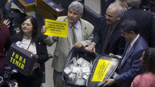 Deputados de la oposición de Brasil en votación de la primera denuncia contra Temer.