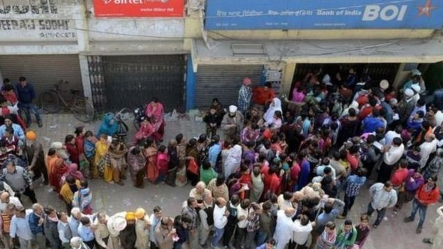 লোকজন দীর্ঘ লাইনে দাঁড়িয়েছেন ব্যাঙ্কের সামনে নোট জমা দিতে