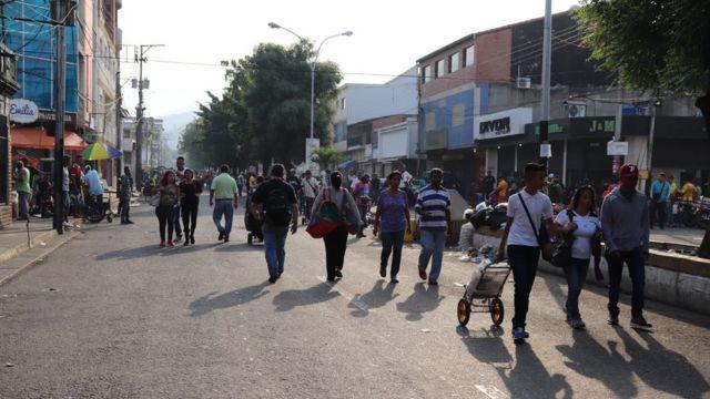Personas caminando en Ureña