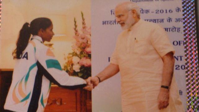 निक्की प्रधान प्रधानमंत्री नरेंद्र मोदी के साथ