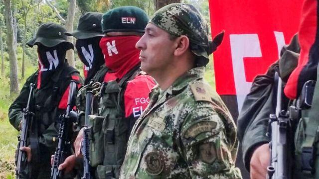 Combatientes del ELN junto a un miembro del ejército colombiano al que tenían prisionero y ya liberaron.