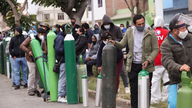 Filas para reabastecer balões de oxigênio em Lima, capital peruana
