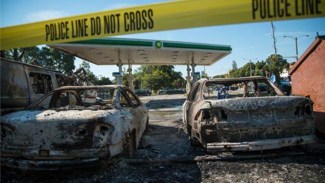 暴徒化したデモで焼かれた自動車(14日、ウィスコンシン州ミルウォーキー)