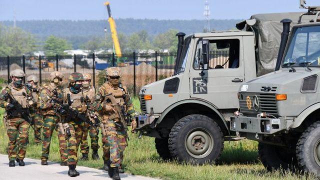 Soldados fortemente armados participam de uma varredura intensiva em busca de Jürgen Conings em uma área nos limites do Parque Nacional Hoge Kempen em Maasmechelen, no dia 4 de junho de 2021