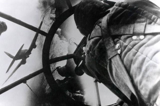 Observador en la nariz de plexiglás de un bombardero alemán Heinkel He-111, durante la Batalla de Gran Bretaña, en agosto de 1940