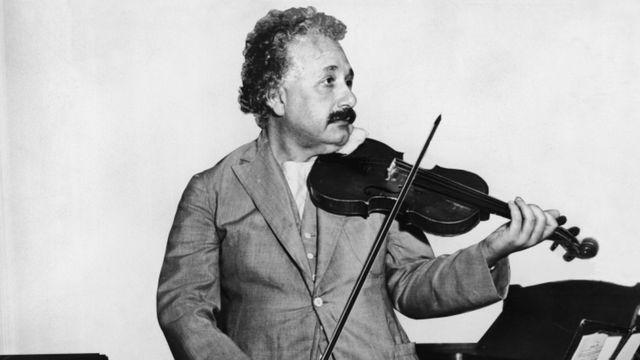 Einstein tocando violino, em foto de 1931