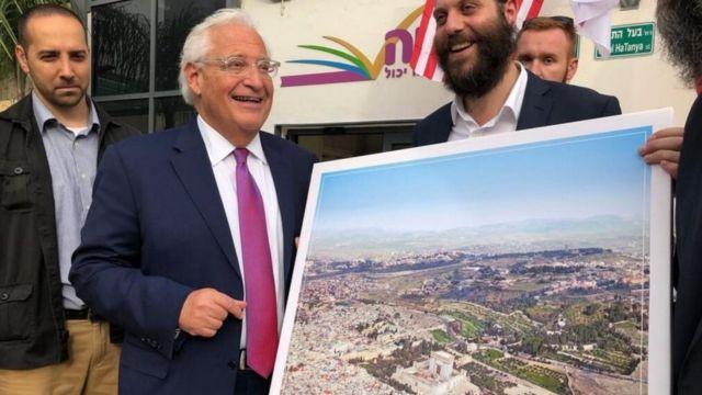غضب بسبب صورة للسفير الأمريكي في إسرائيل، وهو يحمل لوحة للقدس الشرقية أزيل منها المسجد الأقصى واستبدل بنموذج لما يعرف بهيكل سليمان.