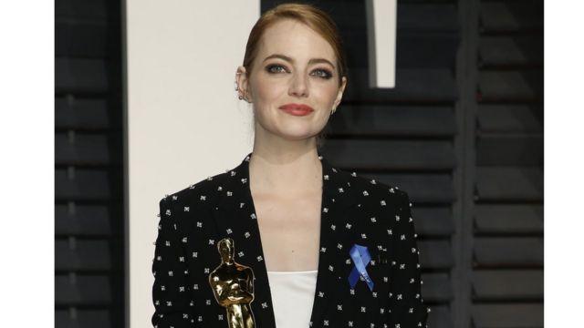 Ема Стоун зі стрічкою і своїм Оскаром