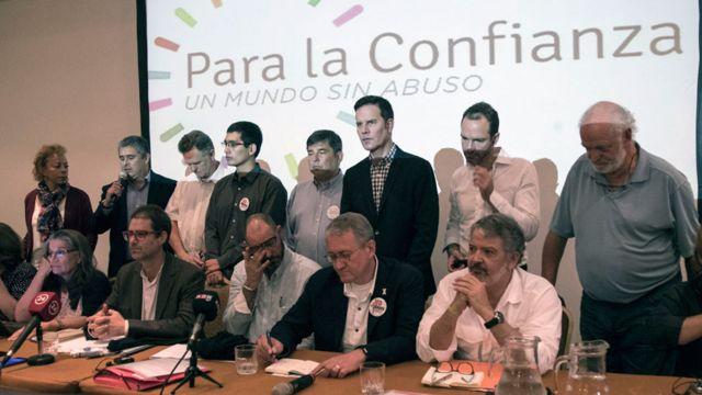 Activistas de varios países, entre ellos Juan Carlos Cruz (tercero desde la derecha), crearon en Santiago la agrupación Ending Clerical Abuse (ECA).