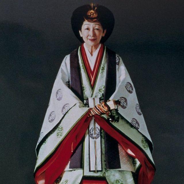 สมเด็จพระจักรพรรดินีมิจิโกะ ในฉลองพระองค์ 'จูนิฮิโตะ'