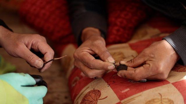 Los pescadores limpian las monedas que encuentran en el mar, ya que a menudo están incrustadas en sal y arena.
