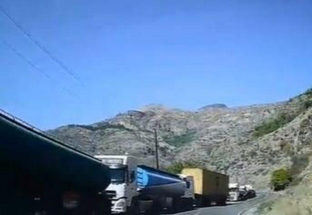 صف کامیونهای ایرانی در جاده گوریس قاپان
