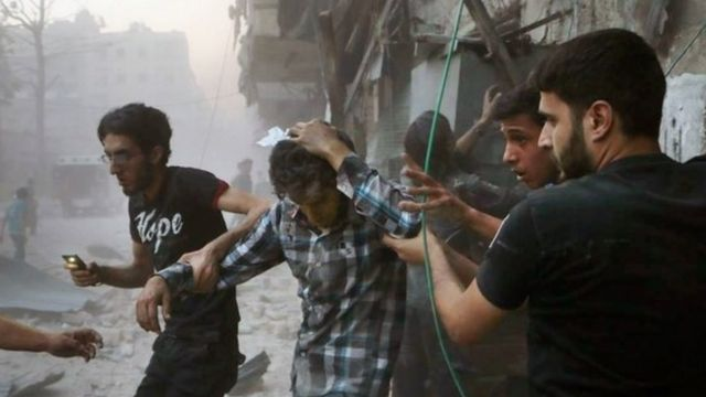空爆で負傷した人を助ける人々(先月31日、シリア・アレッポで)