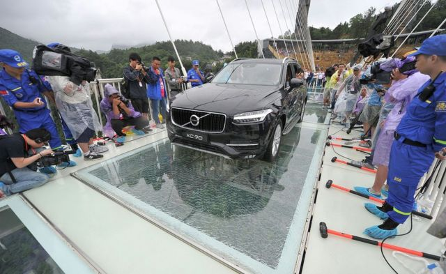 Carro passa em cima de ponte de cristal