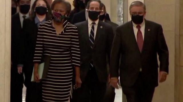 Temsilciler Meclisi'ndeki Demokratlar Senato'ya azil kararını bildirmeye giderken