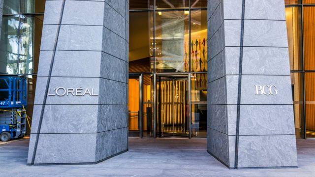 Вход в штаб-квартиру l'Oreal