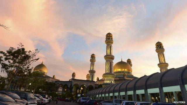 Mesquita durante oração em Bandar Seri Begawan