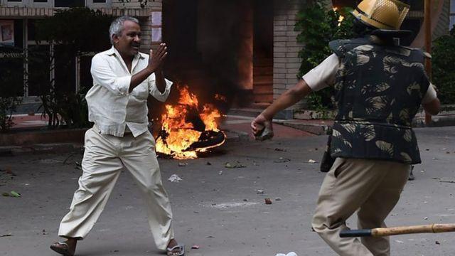 Polisi akimkabili mmojawepo wa wafuasi wea madhehebu ya Dera Sacha Sauda nchini India