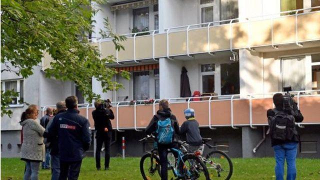Los vecinos asistieron a la operación policial en el barrio en que vivía Al Bakr.