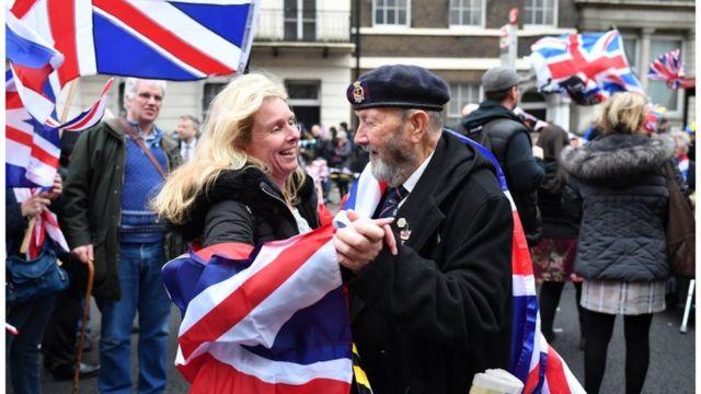 парламентская плозадь, мужчина и женщина танцуют