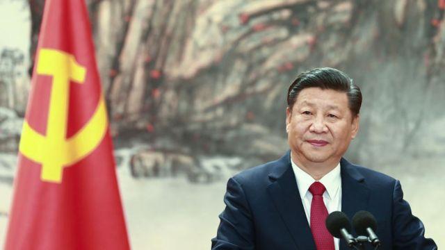 XI Jinping no palanque, com bandeira atrás
