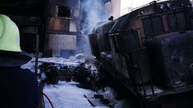 آثار الحريق الذي اندلع في قطار بمحطة السكك الحديدية الرئيسية في القاهرة