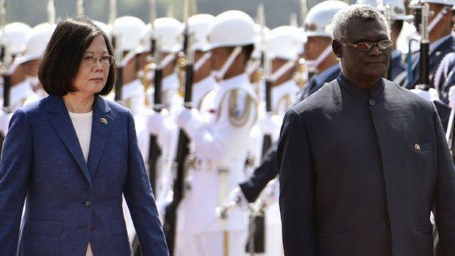 所罗门群岛总理苏嘉瓦瑞(Manasseh Sogavare)2017年访问台湾时与蔡英文见面。(photo:BBC)
