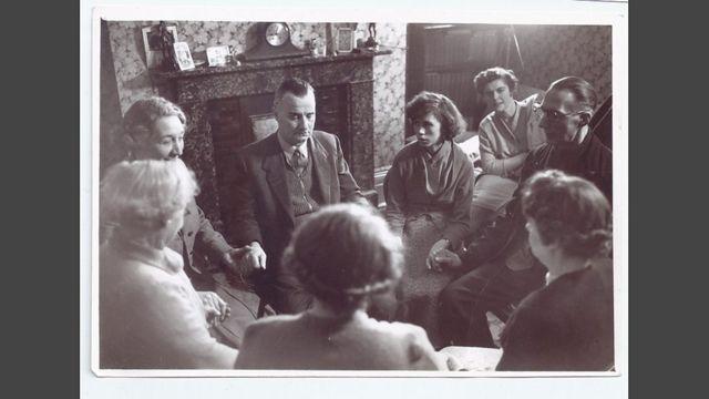 médium Harry Hank con Shirley y su padre Wally a la derecha