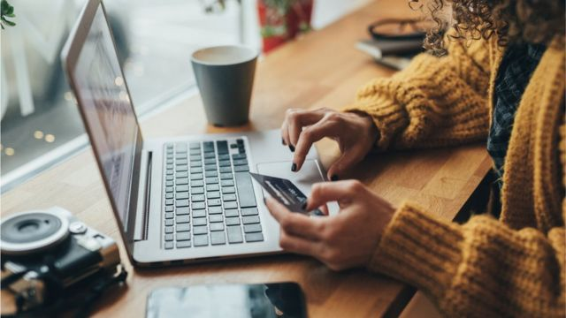 Mujer hace compras en internet.