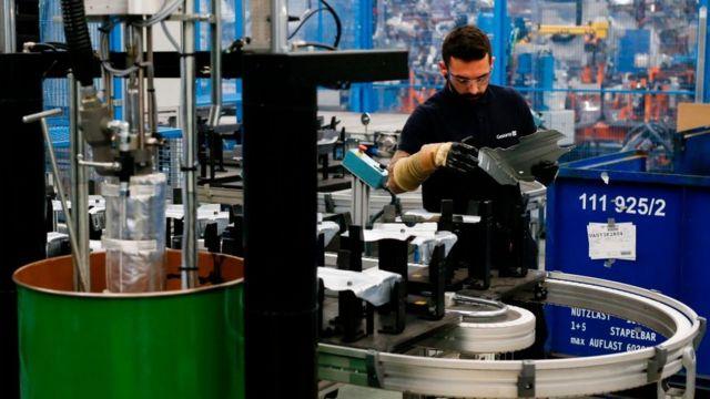 Trabajador en una fábrica de automóviles cerca de Barcelona.