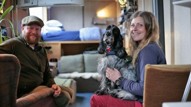 奧布裏和妻子克萊爾,以及他們的寵物狗在舒適的集裝箱房屋中