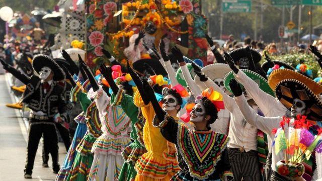 'ஆன்மா மீண்டும் வரும், நம்முடன் தங்கும்' - அட்டகாச திருவிழா