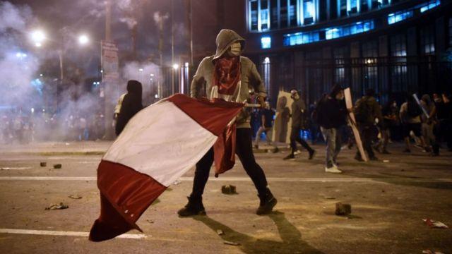 Protestas en Perú: las imágenes de la marcha nacional que deja dos muertos  y provoca una crisis institucional - BBC News Mundo