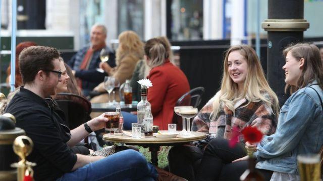 Người dân tại Cardiff, xứ Wales tại một quán ăn ngoài trời tháng 10/2020