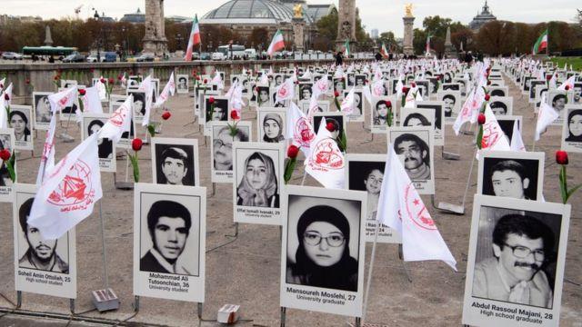 Cerca de 800 retratos de prisioneiros políticos executados no Irã em 1988 exibidos por representantes da Organização Mujahedin do Povo do Irã em Paris (29 de outubro de 2019)