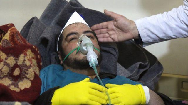 Saldırı sonrası tedavi gören bir kişi