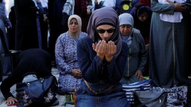 فلسطينيات يصلين خارج الأقصى
