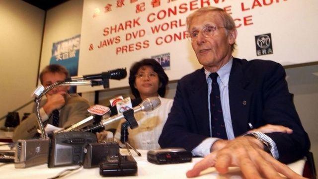 Peter Benchley en una rueda de prensa en Hong Kong
