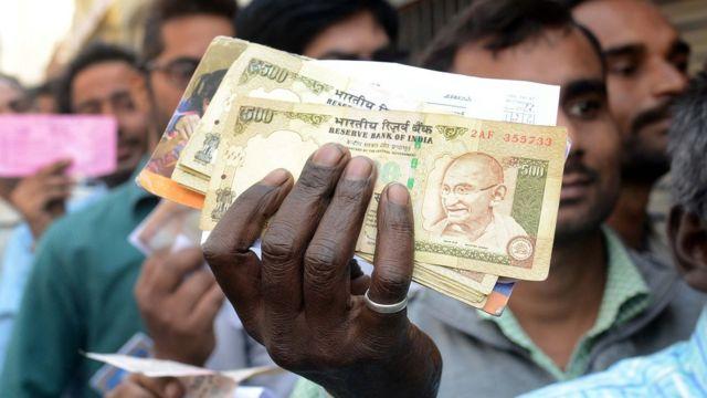 500 और 1000 के नोट पर लगी पाबंदी के बाद बैंकों के बाहर लगी लंबी कतारें