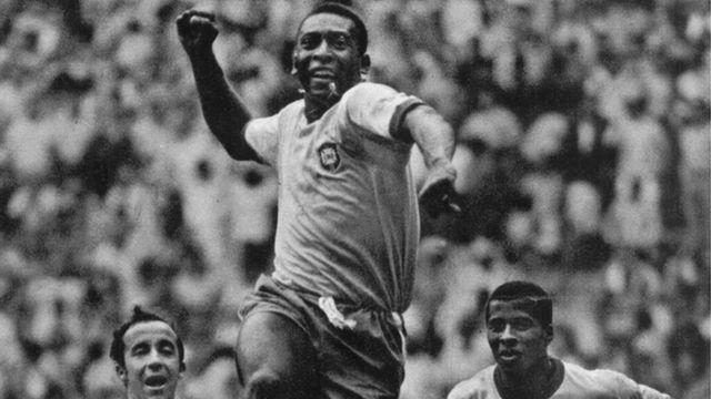 Pelé comemora gol contra a Checoslováquia