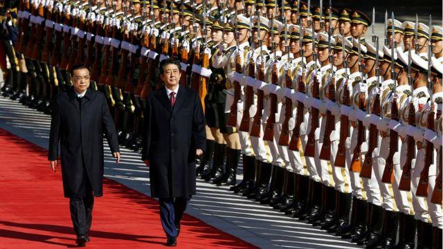 10月26日,李克强陪同安倍晋三检阅解放军仪仗队。