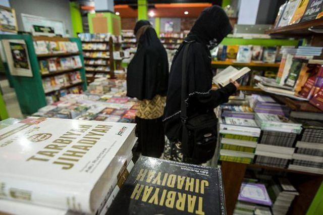 Ilustrasi warga yang mencari referensi bacaan radikal