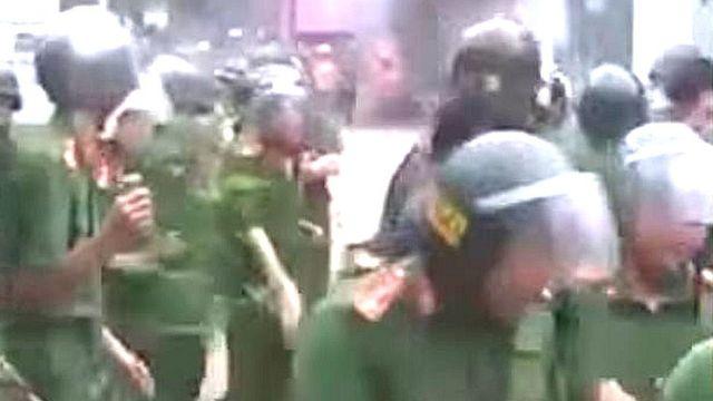Video clip lan truyền trên mạng xã hội cho thấy lực lượng công an có lúc phải rút lui trước sự phản ứng dữ dội của người dân