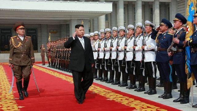 El presidente de Corea del Norte saluda a militares